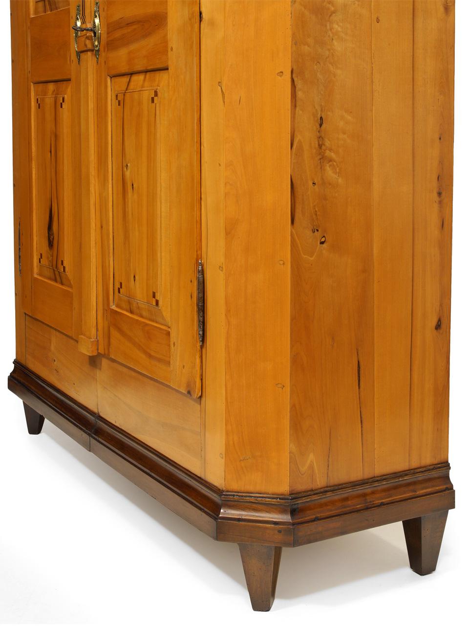 Art.Nr. 3512 Louis Seize Kleiderschrank, Apfel, um 1800 ...